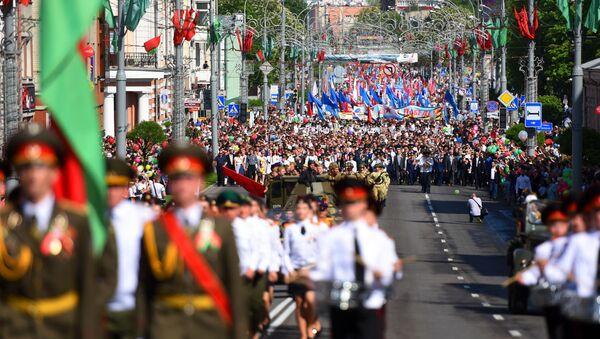 Каля 25 тысяч чалавек прынялі ўдзел у святочным шэсці па цэнтральнай вуліцы Гомеля - Sputnik Беларусь