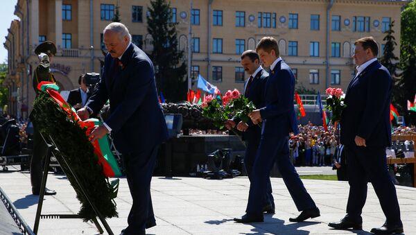 Аляксандр Лукашэнка з сынамі на плошчы Перамогі 9 мая - Sputnik Беларусь