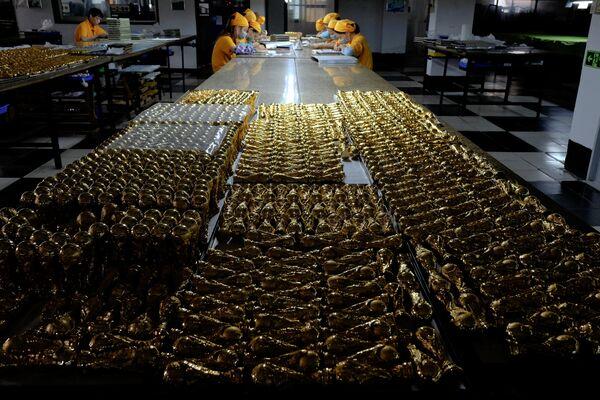 Изготовление сувенирных кубков к чемпионату мира по футболу на заводе в Дунгуане - Sputnik Беларусь