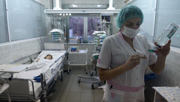 Медсестра готовит процедуру для пациента в отделении реанимации - Sputnik Беларусь