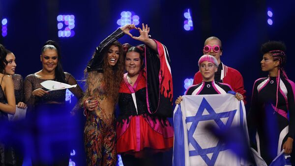 Представительница Кипра на Евровидении-2018 Элени Фурейра (слева в центре) и представительница Израиля Нетта Барзилай - Sputnik Беларусь