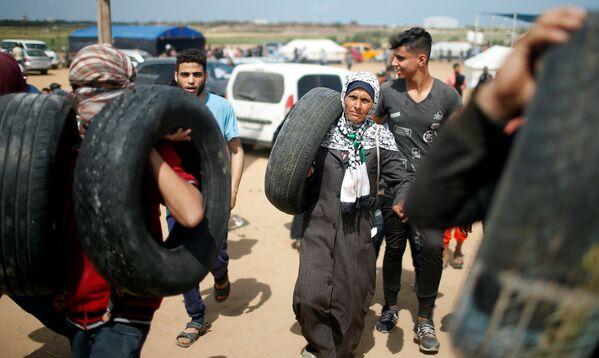 Палестинцы несут шины к границе Израиля - Sputnik Беларусь