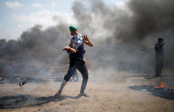 Палестинцы используют пращу, чтобы бросать камни в израильские войска - Sputnik Беларусь