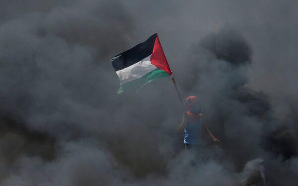 Мальчик с палестинским флагом в черном дыму к востоку от города Газа - Sputnik Беларусь