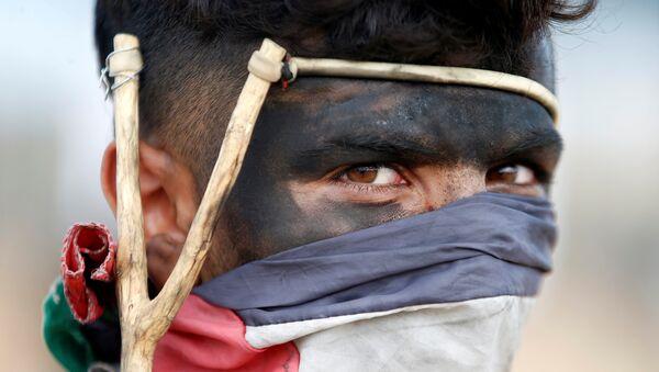 Палестинец с рогаткой в секторе Газа - Sputnik Беларусь