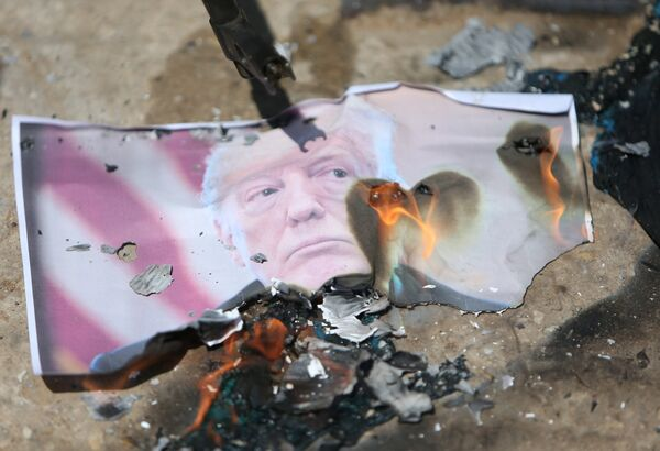Палестинцы жгут фото президента США в лагере беженцев Эйн эль-Хильве, расположенном неподалеку от города Сидон - Sputnik Беларусь