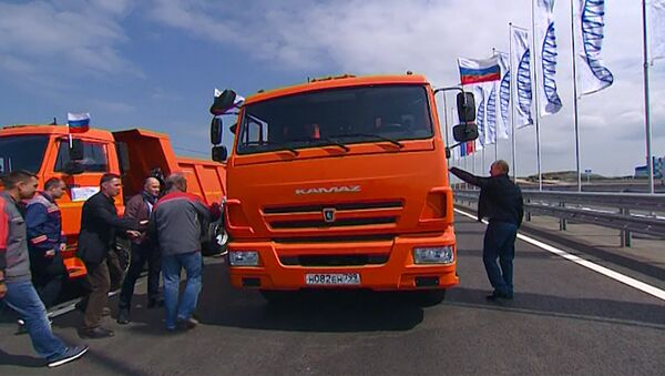 Путин проехал на КамАЗе по Крымскому мосту - Sputnik Беларусь