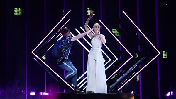 Мужчина выхватил у артистки SuRie на Евровидении микрофон и попытался прокричать лозунги - Sputnik Беларусь