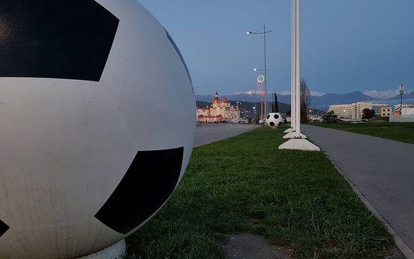 На улицах города и вдоль проезжей части установлена футбольная атрибутика - Sputnik Беларусь
