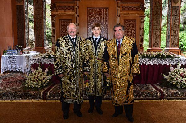 Президент Беларуси Александр Лукашенко и его сын Николай сфотографировались в Таджикистане в мае 2018-го с главой страны Эмомали Рахмоном в традиционных мужских таджикских нарядах – чапанах. - Sputnik Беларусь