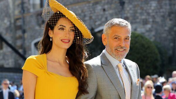 Американский актер Джордж Клуни с супругой Амаль на свадьбе принца Гарри - Sputnik Беларусь
