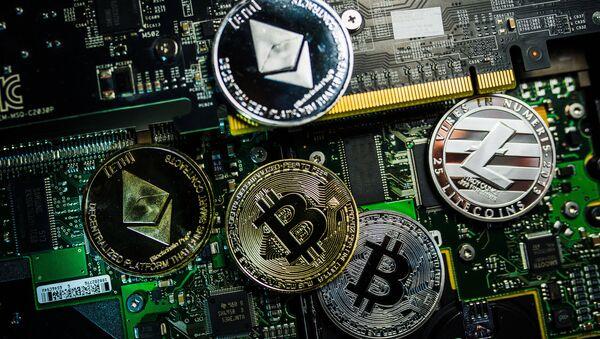 Сувенірныя манеты з лагатыпамі криптовалют Bitcoin, Litecoin і Ethereum - Sputnik Беларусь