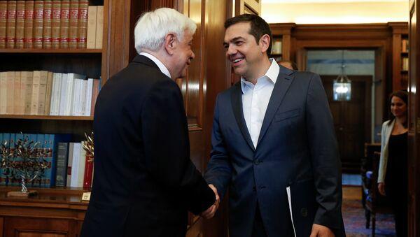 Премьер-министр Греции Алексис Ципрас пожимает руку президенту Греции Прокопису Павлопулосу, накануне брифинга по развитию спора с Македонией о названии страны - Sputnik Беларусь