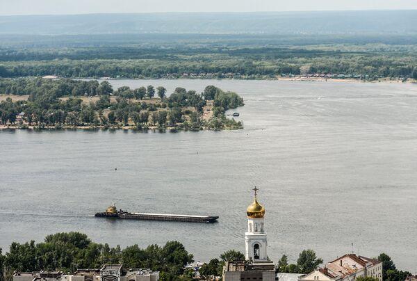 Баржа на Волге в Самаре. Справа - колокольня Иверского женского монастыря - Sputnik Беларусь
