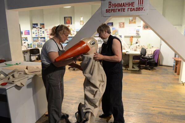 Самыя цікаўныя змаглі паглядзець, як робяць дэкарацыі для галоўнай сцэны краіны. - Sputnik Беларусь