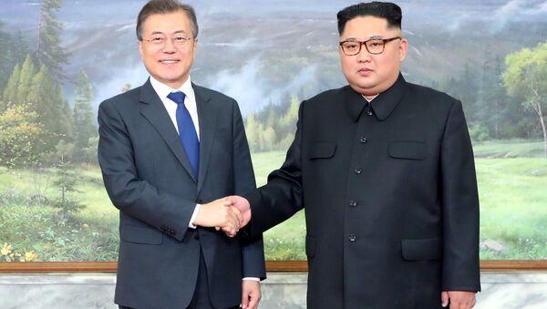 Лидер КНДР Ким Чен Ын и президент Республики Корея Мун Чжэ Ин - Sputnik Беларусь