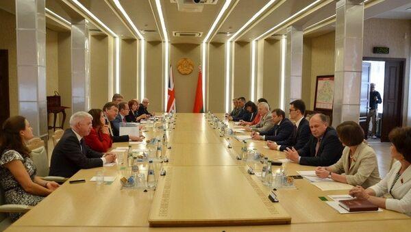 Встреча парламентариев Беларуси и Великобритании в Совета республики Национального собрания - Sputnik Беларусь