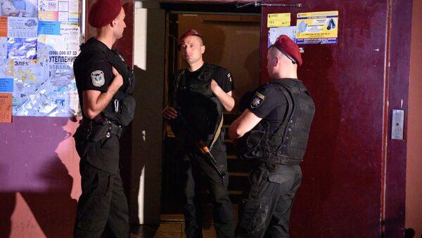 Сотрудники полиции возле дома в Киеве, где был застрелен российский журналист Аркадий Бабченко - Sputnik Беларусь