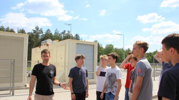 Экскурсия в data центре velcom в предпоследний майский день стала началом выпускного вечера для девятиклассников одной из минских школ - Sputnik Беларусь