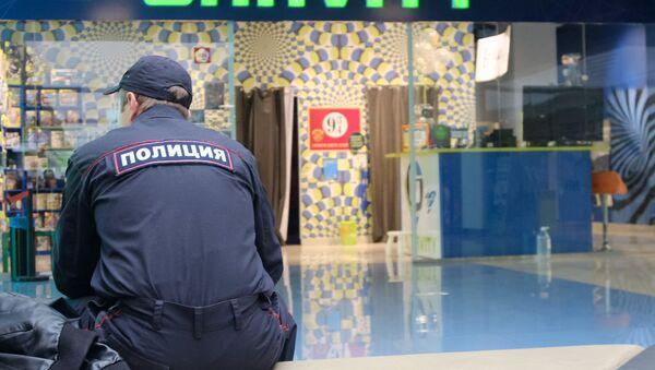 Сотрудник полиции рядом с научно-развлекательным центром Гравитация в  ТЦ Комсомолл в Иркутске, где произошел пожар - Sputnik Беларусь