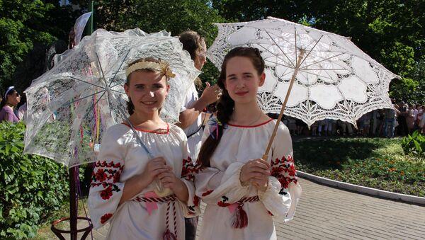 Девушки прятались от солнца под ажурными зонтиками - Sputnik Беларусь