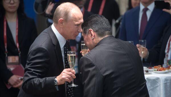 Прэзідэнт РФ Уладзімір Пуцін і аргентынскі футбаліст Дыега Марадона (справа) - Sputnik Беларусь