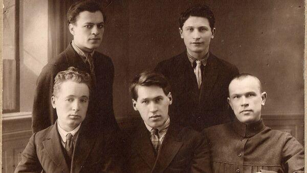 Уладзімір Дубоўка (у цэнтры) разам з членамі рэдакцыі Узвышша - Sputnik Беларусь