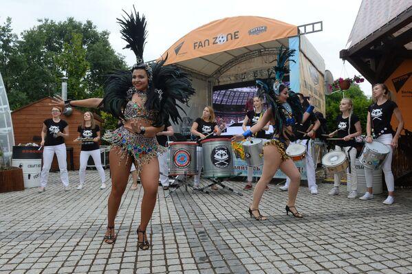 Болельщикам подняли настроение зажигательные танцы – шоу привезли с собой гости из Бразилии - Sputnik Беларусь