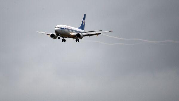 Самолет рассекает пасмурное небо над Минском - Sputnik Беларусь