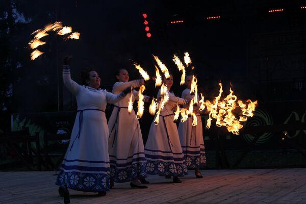 Дзяўчыны выконваюць агнявы танец з веерамі - Sputnik Беларусь