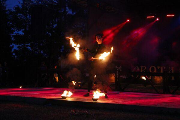 Бліскавіцы агню выхоплівалі з цемры твары танцораў - многія выкарыстоўвалі яркі грым - Sputnik Беларусь