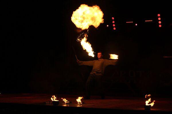 Радзімай выдыхання агню лічыцца Індыя - зараз фаершчыкі змагаюцца ў даўжыні вогненнага слупа і незвычайнасці выканання трука - Sputnik Беларусь