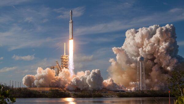 Ракета-носитель Falcon Heavy компании SpaceX успешно стартовала с мыса Канаверал - Sputnik Беларусь