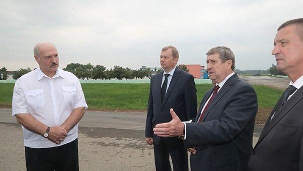 Президент Беларуси во время посещения агрохолдинга Купаловское - Sputnik Беларусь