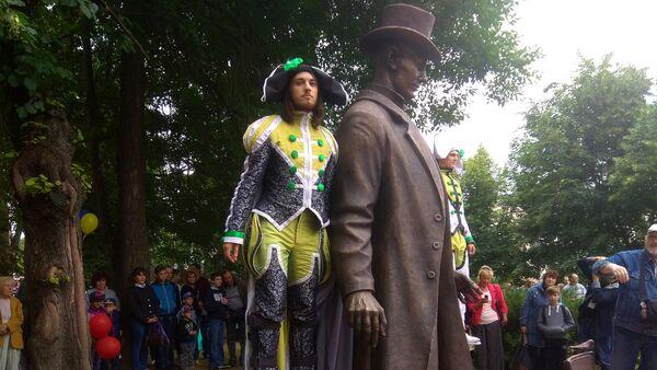 Памятник самому высокому человеку в мире открыли в Витебске - Sputnik Беларусь