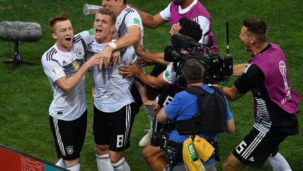 Тони Кроос (в центре) и игроки сборной Германии радуются победе - Sputnik Беларусь