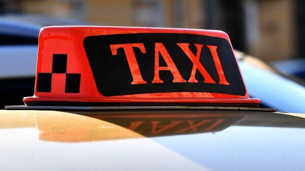 Световой короб на крыше автомобиля такси. - Sputnik Беларусь