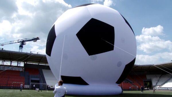 Футбольны мяч вышынёй у сем паверхаў з'явіўся ў Чэлябінску - Sputnik Беларусь