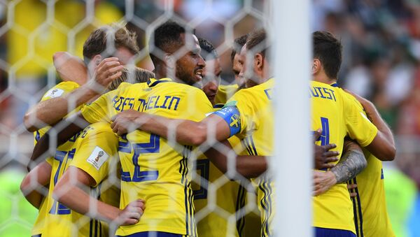 Игроки сборной Швеции радуются забитому мячу - Sputnik Беларусь