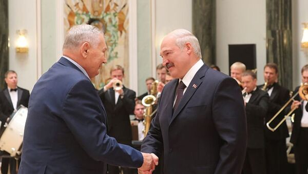 Легендарный белорусский борец Александр Медведь и президент Беларуси Александр Лукашенко - Sputnik Беларусь