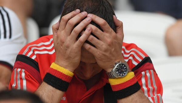 Болельщик сборной Германии после окончания матча со сборной Южной Кореи - Sputnik Беларусь