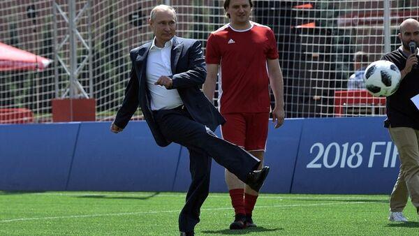 Президент России Владимир Путин играет в футбол на Красной площади - Sputnik Беларусь