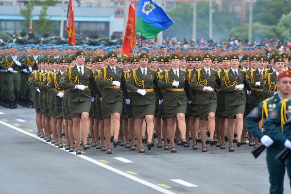 Упершыню ў гэтым годзе ў парадзе прынялі ўдзел дзяўчыны - прычым такі гонар выпаў толькі лепшым. - Sputnik Беларусь