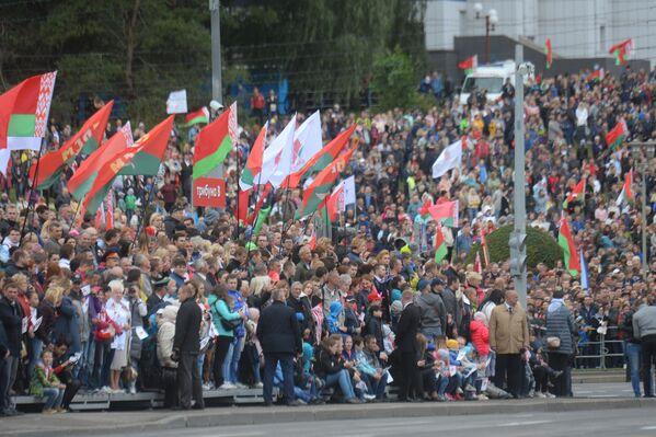 Паглядзець на парад, нягледзячы на дождж, сабраліся тысячы мінчан і гасцей горада. - Sputnik Беларусь