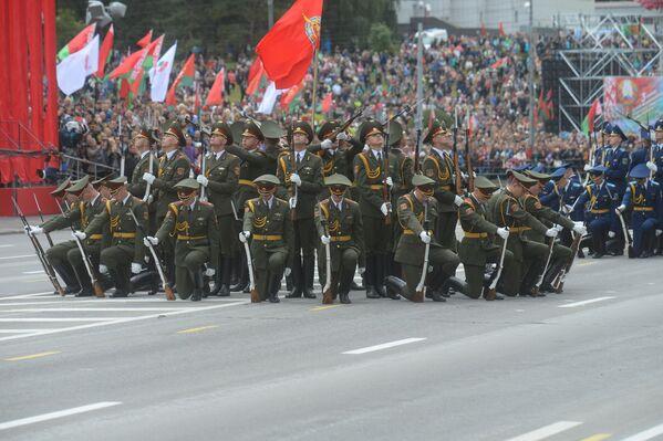 Ваенную частку парада завяршыла выступленне салдат роты ганаровай варты. - Sputnik Беларусь