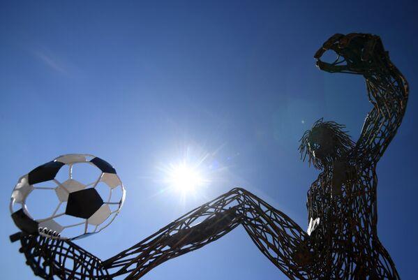 Четырехметровая скульптура футболиста, сделанная из металлолома рабочими базы по переработке бетонных отходов, на Химической улице в Казани - Sputnik Беларусь