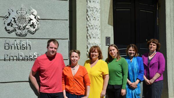 Сотрудники дипмиссии Великобритании в Минске с Фионной Гибб - Sputnik Беларусь