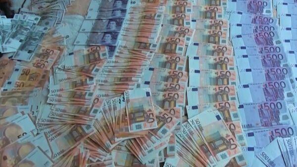 Деньги, обнаруженные в тайниках, главы РНПЦ травматологии и ортопедии Александра Белецкого - Sputnik Беларусь