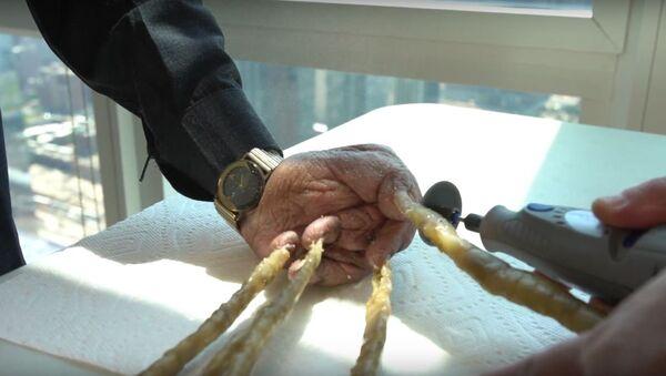 Индиец обрезал самые длинные ногти в мире, видео - Sputnik Беларусь
