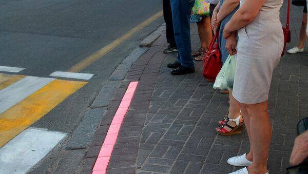 Видя красную линию перед собой люди стараются к ней близко не подходить - Sputnik Беларусь